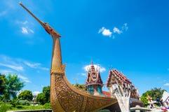 Barca e tempio dorati del cigno con cielo blu Fotografia Stock Libera da Diritti
