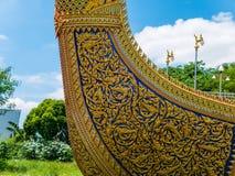 Barca e tempio dorati del cigno con cielo blu Immagine Stock Libera da Diritti