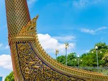 Barca e tempio dorati del cigno con cielo blu Immagine Stock