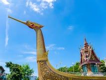 Barca e tempio dorati del cigno con cielo blu Immagini Stock Libere da Diritti