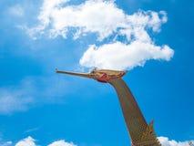 Barca e tempio dorati del cigno con cielo blu Fotografia Stock