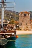 Barca e vecchia costruzione Immagine Stock