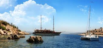 Barca e yacht su panorama dell'isola di paradiso Immagini Stock Libere da Diritti