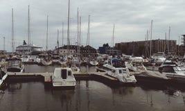 Barca e yact nel bacino fotografia stock libera da diritti