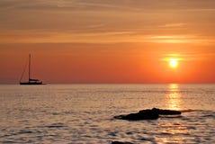 Barca ed alba Immagine Stock