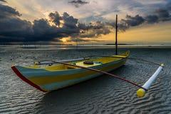 Barca ed alba del pescatore con la tempesta Fotografia Stock