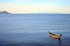 Barca ed oceano blu Fotografia Stock