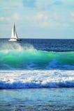 Barca ed onda di navigazione fotografia stock