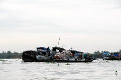 Barca editoriale sul mercato di galleggiamento tradizionale Fotografia Stock Libera da Diritti