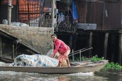 Barca editoriale sul mercato di galleggiamento tradizionale Fotografia Stock