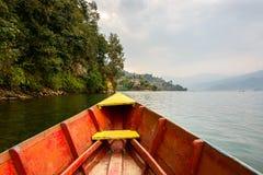 Barca en el lago Phewa en Pokhara imagenes de archivo