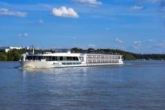 Barca en el río de Dunabious Fotografía de archivo