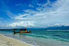 Barca esotica con la bandiera indonesiana Fotografie Stock Libere da Diritti