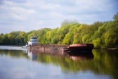 A barca está flutuando no rio no dia ensolarado Fotos de Stock Royalty Free