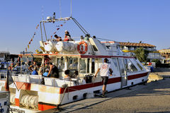 Barca facente un giro turistico Immagini Stock