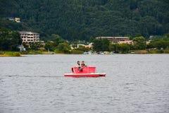 Barca facente un giro turistico dei turisti di guida senza titolo della famiglia Fotografia Stock