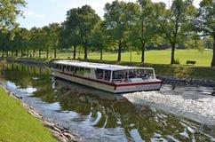 Barca facente un giro turistico di Stoccolma in canale Immagini Stock Libere da Diritti