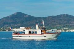 Barca facente un giro turistico nella baia di St Tropez immagine stock