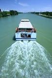 Barca facente un giro turistico sul fiume in Siviglia, Spagna Fotografia Stock Libera da Diritti
