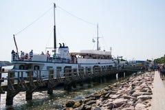 Barca facente un giro turistico turistica ai passeggeri di caricamento del bacino fotografie stock
