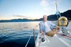 Barca felice dell'uomo di navigazione Fotografie Stock