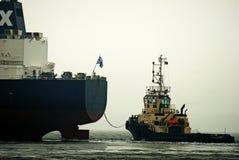 Barca funzionante del rimorchiatore fotografia stock libera da diritti