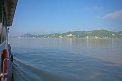 Barca giù il fiume di Irrawaddy immagine stock libera da diritti