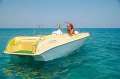 Barca gialla nel mare Lancia di salvataggio Pescando su un yacht immagini stock