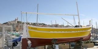 Barca gialla nel vecchio porto di Marsiglia Francia 15 giugno 2017 Marsiglia Francia Immagini Stock