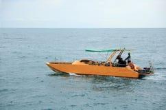 Barca gialla sotto una tenda verde Immagine Stock Libera da Diritti
