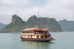 Barca girante nella baia di Halong Immagine Stock Libera da Diritti