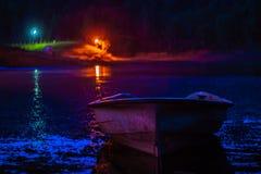 Barca illuminata dalla luna immagini stock
