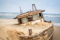 Barca incagliata alla costa del deserto namibiano Immagine Stock Libera da Diritti