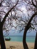 Barca isolata sull'isola a distanza Immagine Stock