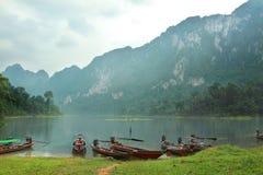 Barca a Khao Sok National Park, provincia di Surat Thani, Tailandia fotografia stock libera da diritti