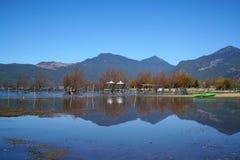 Barca in lago in autunno Immagini Stock
