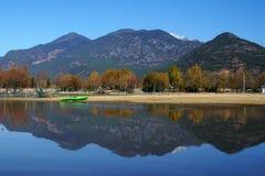 Barca in lago in autunno Fotografie Stock Libere da Diritti