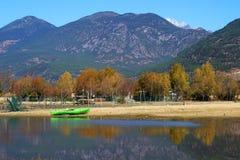 Barca in lago in autunno Fotografia Stock Libera da Diritti