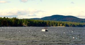Barca, lago, montagna, paesaggio di autunno Fotografia Stock
