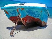 Barca legata da una catena del metallo sulla sabbia immagine stock