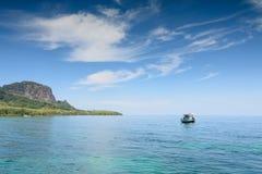 Barca locale del pescatore che galleggia nel mare tropicale vicino all'isola Fotografie Stock Libere da Diritti