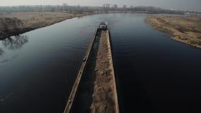 Barca longa para movimentos do transporte da areia no rio Vista superior De cima de outdoor video estoque