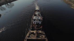Barca longa para movimentos do transporte da areia no rio Vista superior De cima de outdoor filme