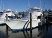 Barca lucida di pesca sportiva nella città Maryland dell'oceano immagini stock libere da diritti