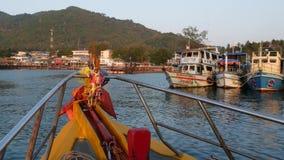 Barca luminosa con gli amuleti religiosi che galleggiano verso il porto della località di soggiorno d'immersione su Ko Tao Island archivi video