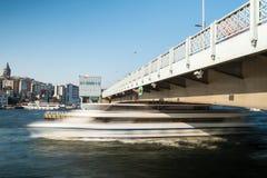 Barca lunga al ponte di Galata, Costantinopoli di esposizione Fotografia Stock Libera da Diritti