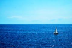 Barca, mare e cielo blu Fotografia Stock