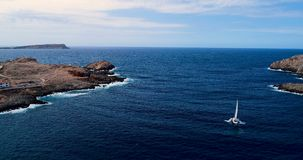 Barca in mare in vista la vista aerea video d archivio