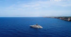Barca in mare in vista la vista aerea archivi video