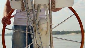 Barca maschio della direzione di capitano del primo piano sul fiume, navigazione, navigazione da diporto video d archivio